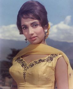 Indian Bollywood Actress, Indian Film Actress, Indian Actresses, Beautiful Girl Body, Beautiful Suit, Sadhana Actress, Indian Aesthetic, Bollywood Outfits, Vintage Bollywood