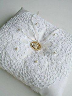 Fonte destas imagens FIO Maravilha Crochet Home, Crochet Crafts, Crochet Projects, Wedding Ring Cushion, Wedding Pillows, Crochet Rings, Crochet Gloves, Red Bedroom Design, Crochet Wedding Dresses