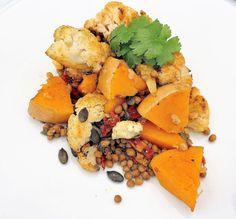 De combinatie van curry, cayennepeper, koriander en zout past perfect bij deze groentenschotel. Pompoen en linzen zorgen voor een verzadigd gevoel.  Eet je niet graag linzen?  Dan laat je ze uit het recept en vervang je ze eventueel door bonen, aardappelen of rijst.  Heb je graag wat kaas erbij?  Feta of halloumi passen hier perfect bij het plaatje.De zongedroogde tomaten zorgen voor een fris accent terwijl de pompoenpitten voor een leuke bite zorgen. Halloumi, Dairy, Cheese, Food, Meals