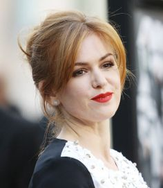 Bangs: Isla Fisher split her bangs down the middle, letting the extralong pieces frame her face.