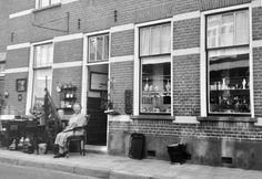 Mevr v. Rheenen voor haar antiek winkeltje  karregat  Domburg 1948.