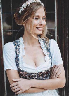 Zauberhaftes, junges Dirndl aus der neuen Frühjahrskollektion 2019 von Alpenfee. Octoberfest Girls, Drindl Dress, Beer Girl, German Women, Digital Art Girl, Model Look, White Girls, Girl Photos, Fit Women