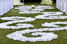 Hoa nghệ thuật giúp trang trí tiệc cưới thêm đẹp  Wedding Aisle Decoration by Bliss Wedding Planner  #wedding #weddingplanner #weddingplannervietnam #vietnamweddingplanner #weddingailse #blissweddingplanner
