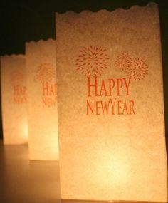 Candle Bags wit Happy Newyear 26 cm. Tien feestelijke Candle Bags in de kleur wit met Happy Newyear thema. De Candle Bags zijn per tien stuks verpakt en 26 cm hoog. Verzwaar deze Candle Bags met een beetje zand of steentjes en plaats er een kaarsje of lichtje in. De Candle Bags zijn gemaakt van speciaal behandeld brandvertragend papier en zijn meerdere malen te gebruiken. Formaat: 26 x 19 x 10 cm. De Candle Bags worden geleverd zonder theelichtje.