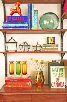 Here are a few tips for styling shelves: Arrange Books by Color and Size Use Objects to Add Height Face Good-Looking Books Outwards Hang artwork in the Shelves Cluster Items in Groups of 3 Add flowers and plants on shelves to add life! Interior Styling, Interior Decorating, Interior Design, William Morris, 3 Face, Bookcase Styling, Plant Shelves, Creative Home, Beautiful Interiors