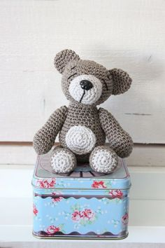 Jag ville virka en liten nallebjörn. Och letade efter ett mönster. Men jag hittade inget mönster som såg ut som jag ville. Så jag gjorde ...