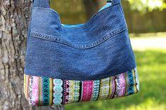 Ich habe diese Geldbörse aus Someones Lieblings paar Jeans... Warum nicht machen es deine Lieblings-Tasche?? Die Außenseite besteht aus recycelten Jeans und super helle bunt gestreift Baumwollstoff... Merkmale: ~ ~ Über den Brustgurt (einstellbar für die Verwendung der Schulter)... ~ ~ Zwei voll funktionsfähige Taschen auf der Vorderseite und einer versteckten Tasche innen... ~ ~ Geräumigen Innenraum ist mit Türkis Baumwollgewebe gefüttert... ~ ~ Magnetic Snap-Verschluss... ~ ~ Mit...