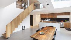 De maatwerk eikenhouten trap vormt een eyecatcher in een woning ontworpen door BNLA architecten.