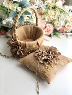 Celebrate your wedding with our rustic flower girl basket and ring bearer pillow set! PLEASE READ FI Rustic Flower Girls, Rustic Flowers, Rustic Ring Bearers, Ring Bearer Pillows, Ring Pillows, Burlap Projects, Ring Pillow Wedding, Creation Deco, Burlap Crafts