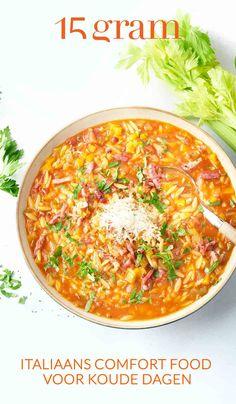 De Italiaanse keuken doet ons vooral denken aan zonovergoten gerechten, maar ook in de herfst en winter weten de Italianen hun comfort te halen uit heerlijke troostkost. Onze redactrice woonde zelf een aantal maanden in de Italiaanse Alpen in de winter en leerde er de lekkerste gerechten maken voor tijdens die koude dagen. Verlekker je mee met dit Italiaans comfort food? #soep #minestrone #italiaans #comfortfood #maaltijdsoep Orzo, Curry, Ethnic Recipes, Board, Curries