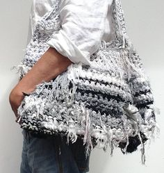 Hand made durable bag of recycled strips fabric and knit cotton. Crocket bag with fabric strips. Diy Crochet Bag, Crochet Market Bag, Crochet Handbags, Crochet Purses, Leather Embroidery, Sac Week End, Circular Knitting Needles, Freeform Crochet, Fabric Strips