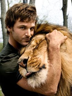 Touch, LOVE in the face of the big cat, lion getting a hug. Now this is something to visualize of love and animals being cared for. Dave Salmoni, Canadian animal trainer hugging a lion. Beautiful Cats, Animals Beautiful, Gorgeous Men, Animals And Pets, Cute Animals, Wild Animals, Amor Animal, Tier Fotos, Big Cats