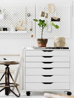 Er gaat niets boven een fijne werkplek in je eigen huis | IKEA IKEAnl IKEAnederland wooninspiratie DIY doityourself creatief creativiteit kamer woonkamer inspiratie interieur wooninterieur werkplek werkspot werken studeren studeerkamer student kantoor SKÅDIS ophangbord ALEX ladeblok bureau bureaustoel
