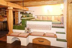 Kachlový sporák s vyhřívaným ležením a vyhříváním chodby Home Kitchens, Tiny House, Kitchen Dining, Small Spaces, Beautiful Homes, Living Room, Cool Stuff, Bed, Inspiration