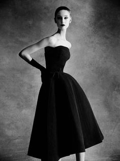 For Sale on - Dior Sonnet dress, Autumn - Winter 1952 Haute Couture Collection, Archival Pigment Print by Patrick Demarchelier. Offered by Staley-Wise Gallery. Glamour Vintage, Vintage Dior, Moda Vintage, Vintage Mode, Vintage Couture, Vintage Hats, Dior Haute Couture, Style Couture, Foto Fashion