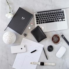 D E S K // Work situation going on. What does your desk look like? ✔️🔲 Get the downloadable planner today ✌️#byallthings #creativeentrepeneur #plannerenthusiast #planner2017 #creativepreneur