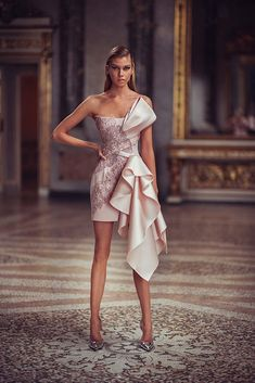 Atelier Versace Spring/Summer 2019 Collection Source by couture Stylish Dresses, Elegant Dresses, Beautiful Dresses, Awesome Dresses, Atelier Versace, Gianni Versace, Look Fashion, Runway Fashion, Fashion Design