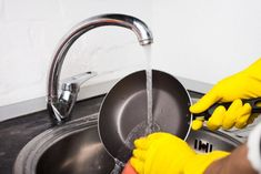 Black Mold Removal: 7 Effective Hacks to Clean black Mold Cleaning Oven Racks, Diy Home Cleaning, Diy Cleaning Products, Cleaning Hacks, Clean Black Mold, Remove Black Mold, Invisible Glass, Dawn Dishwashing Liquid, Hard Water Spots