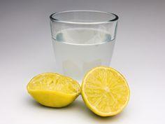Zitronenwasser hat zahlreiche positive gesundheitliche Effekte. (Bild: rdnzl/fotolia.com)