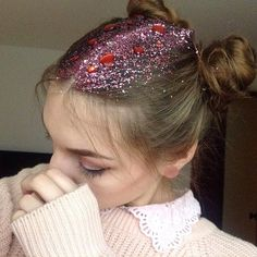 10 Instababes Who Are All About Glitter Roots Glitter Lipstick, Glittery Nails, Glitter Hair, Glitter Makeup, Pink Glitter, Glitter Bath Bomb, Glitter Slime, Spring Hairstyles, Braided Hairstyles