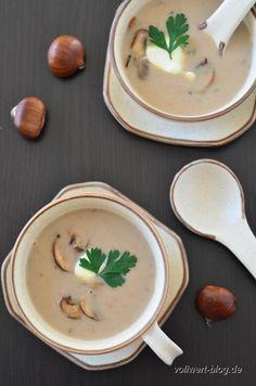 Herbst ohne ein Esskastanien- bzw. Maronen-Rezept wäre kein richtiger Herbst ;-). Also wollen wir euch unbedingt eine Maronen-Champignon-Suppe mit Thymian vors