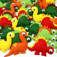 Dinossauros em Feltro - Moldes de dinossauros para artesanato em feltro. Faça você mesmo lindas peças de dinossauros em feltro para presentear ou vender! Dinosaur Birthday Cakes, Dinosaur Party, Felt Patterns, Stuffed Toys Patterns, Plush Animals, Felt Animals, Adult Crafts, Diy Crafts, Die Dinos Baby