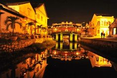 Hoi An is a peaceful and lovely little town on coast of central Vietnam. Hoi An Old Town offers the special things which you can not find in any where else Vietnam Vacation, Vietnam Travel, Hoi An Old Town, Vietnam Tours, Top Place, Top Destinations, Vacation Packages, Covered Bridges, Day Tours