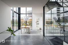 Villa Harnaschpolder - Station-D Architects - http://station-d.nl - Op het zuidwesten, waar achter- en rechter zijgevel bij elkaar komen, bevindt zich een enorm hoge hoekpui van zes meter, met daarin een te openen schuifpui. Dit zorgt ervoor dat de grenzen tussen binnen en buiten vervagen. Het directe zonlicht dat hier binnenvalt wordt gedempt door verborgen screens. In deze hoek van de woning bevindt zich de vide. Foto: Stijnstijl Fotografie #glass #livingroomideas #living
