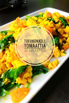 Tofukokkeli eli scrambled tofu tomaatilla ja pinaatilla.