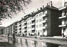 V 50. rokoch sa ľudia mohli bicyklovať stredom ulice a nikde ani jedno auto. V bytovkách na Riazanskej ulici sa nachádzali byty robotníkov zo Závodu mieru. Bratislava, Nova, It Cast, Street View, Architecture, Building, Photography, Times, Inspiration