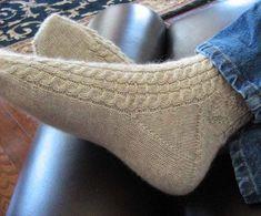 Knitting of socks spokes. How to connect socks by scheme spokes Knitted Socks Free Pattern, Knitted Slippers, Wool Socks, Crochet Slippers, Knitting Socks, Hand Knitting, Knit Crochet, Knitting Patterns, Knitting Tutorials