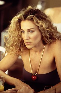 """Sarah Jessica Parker as Carrie Bradshaw in HBO's """"Sex and the City"""" Season 3 Estilo Carrie Bradshaw, Carrie Bradshaw Hair, Sarah Jessica Parker, Celebrity Hairstyles, Cool Hairstyles, Hairstyle Men, Formal Hairstyles, Wedding Hairstyles, Hair Inspo"""
