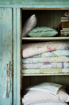 I Love old country cupboards almost as much as I love old quilts and linens- Ana Rosa ♥