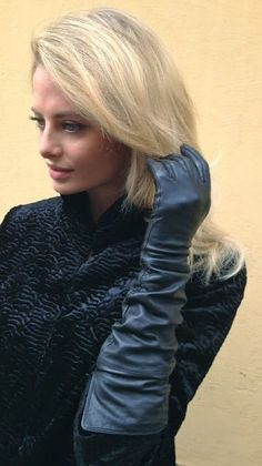 women wearing leather gloves sitting on the toilet - Yahoo Image Search Results Elegant Gloves, Black High Boots, Gloves Fashion, Black Leather Gloves, Leather Pants, Elegant Girl, Long Gloves, Dress Gloves, Blonde Women