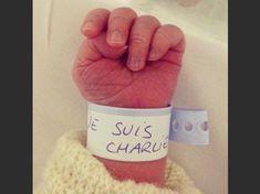 """""""Je suis Charlie"""" : ce slogan est né le7 janvier, dans les heures qui ont suivi l'attentat contre """"Charlie Hebdo"""". La phrase, qui sert dehashtag de soutien sur les réseaux sociaux, s'affiche en tous lieux. Aperçu."""