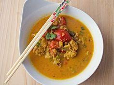 """Hallo ihr Lieben, heute gibt es wieder ein scharfes Fischcurry. Ich finde Rezepte mit vielen Gewürzen bei diesem unruhigen Wetter einfach wahnsinnig gemütlich. :) Neben dem wärmenden Effekt handelt es sich hier nämlich um ein absolutes Gute-Laune-Gericht! Ihr könnt die Gewürze natürlich beliebig anpassen, jedoch empfiehlt es sich bei Currys auf """"echte"""" Currygewürze zurückzugreifen und diese nicht"""