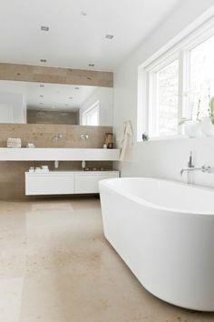 salle de bain blanche et beige, baignoire ovale blanche, sol en dalles beiges