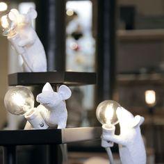 Lampe Souris Couché - Seletti - Adoptez ces lampes décoratives souris de Seletti ! À travers un design plus vrai que nature, ce trio de rongeurs met en lumière une ampoule apparente qui éclaire l'intérieur d'un esprit ludique et réaliste. Ludiques et séduisantes, ces luminaires inédits sont idéaux pour apporter une note atypique à une chambre d'enfants ou à une pièce qui aime la décoration animalière…
