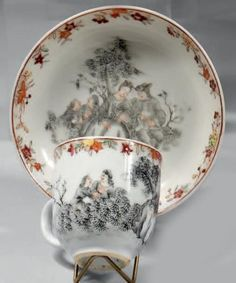 """CHINE DE COMMANDE. Tasse et sa soucoupe décorées en grisaille d'une scène galante représentant un couple assis sur un tertre, tandis qu'à droite deux amants sont dans un bosquet. Fleurs polychromes sur la bordure. XVIIIème siècle vers 1750 H de la tasse: 6,2 - D de la soucoupe: 12,2 cm D'après une gravure de Pater intitulée """"Amours et badinages"""" Antique Plates, Grisaille, Gravure, 18th Century, Tea Cups, Porcelain, Chinese, Asian, Couple"""