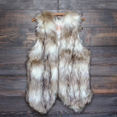This luxurious faux fur is sure to bring out the wild child in you. Pair this with anything to make any outfit instantly chic. mac/acrylic blend polyester lini