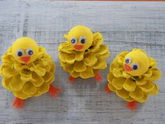 Chick Peeps Pine Cone Easter Craft Ornament Pine Cone Craft Decoration Spring Peeps K ken guckt Pine Cone Ostern Handwerk Ornament Pine Cone Craft Dekoration Fr hling Peeps Nature Crafts, Decor Crafts, Diy And Crafts, Arts And Crafts, Felt Crafts, Simple Crafts, Diy Decoration, Clay Crafts, Fabric Crafts