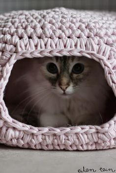 Tales of a Crafty Mommy: Crochet for Cats Roundup going to make the hideout cat thing for tink sometime looks so cute