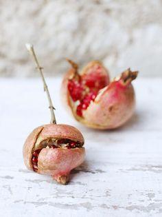 Pomegranate.  La grenade... fruit exotique.