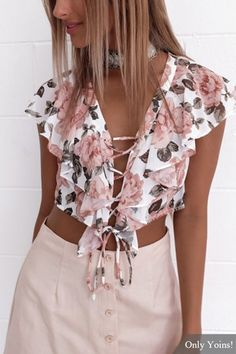 Add this crop top into your closet. It is adorned with random floral print, flouncy details and lace-up design. Women's Summer Fashion, Boho Fashion, Fashion Outfits, Fashion Tips, Fashion Design, Feminine Fashion, Fashion Story, Cheap Fashion, Womens Fashion