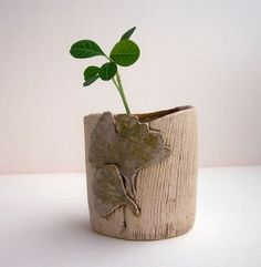 wood and green together, I just can like it Mehr Flower Vases, Flowers, Pinch Pots, Slab Pottery, Balcony Garden, Plant Holders, Small Gardens, Clay Projects, Potted Plants