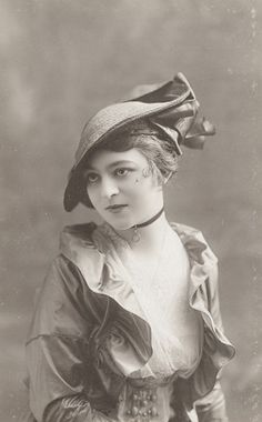 What an eye-catchingly lovely ensemble. #Edwardian #woman #clothing #hat #fashionable #1910s #vintage