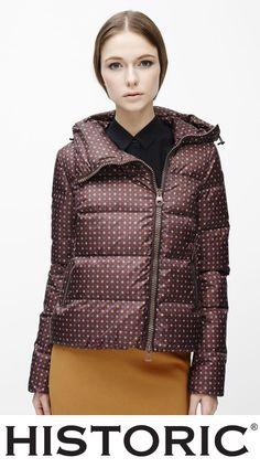 Ophelia jacketè imbottita in piuma con collo importante ed avvolgente, lampo laterale, realizzato in nylon con elegante microstampa che lo rendono un capo prezioso e ricercato.  #modadonna #fashion #historic #womenfashion #piuminidonna