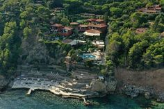 This Mediterranean resort remains an Italian legend. Why? The position is stunning, on a cliff overlooking a rugged private cove. Opened in 1965, its owners have spent their lives maintaining its timeless dolce vita vibe. The small details, from beach bags to personalised toiletries, keep it ahead of the game. Hotel Airbnb, Italian Lifestyle, Tuscan House, Vacation Places, Vacations, Archipelago, Best Hotels, Tuscany, City Photo