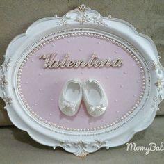 Porta maternidade da liiinda Valentina!  Encomende conosco e aproveite nossas ofertas.  (33) 99145-5830  #PortaMaternidade #Quadro #Quadrinho #QuadroDeBebe #QuadroInfantil #Pérolas #QuartinhoDeBebe #CantinhoDeBebe #DecoracaoInfantil #MamaeEBebe #Baby #Bebê #Grávidas #MomyBaby