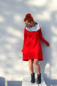 Bequemen Sweatshirt-Kleid mit einem grauen Kapuze. Zurück von den Seiten der Taschen erstreckt. Ärmeln und schwer zu schneiden.